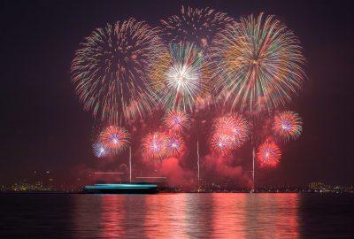 夏休みは伊東市のマリンタウンの遊覧船で花火クルージング